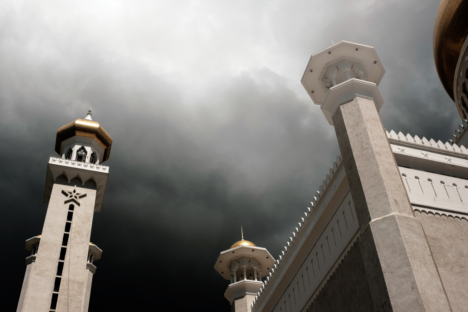A storm coming in over the Omar Ali Saifuddien Mosque.