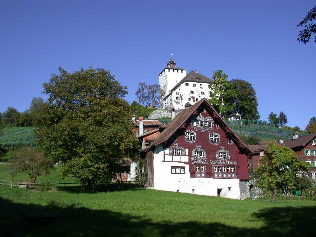 Schloss Werdenberg mit Schlangenhaus im Vordergrund