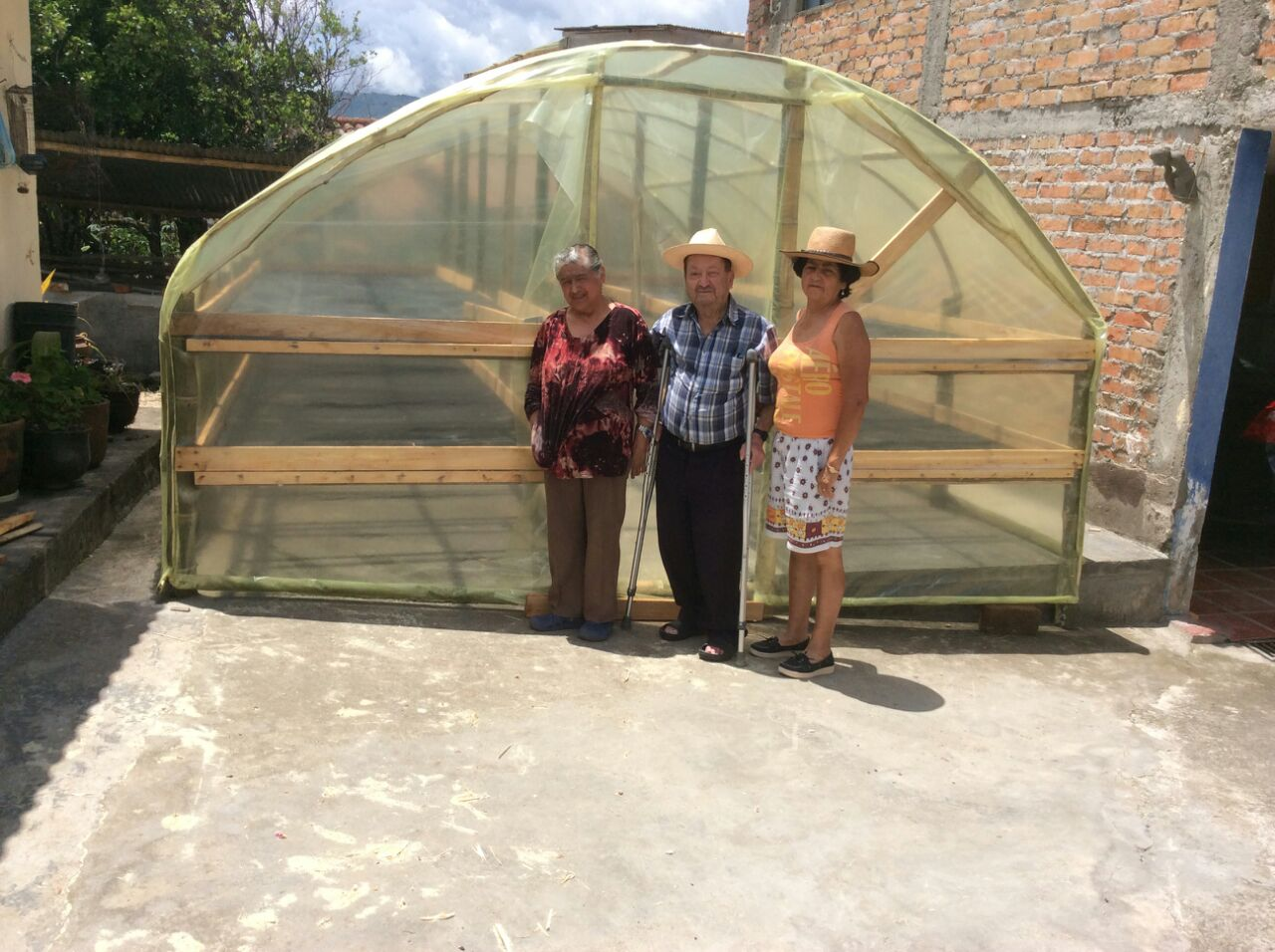 Madre y abuelos at the finished raised beds.