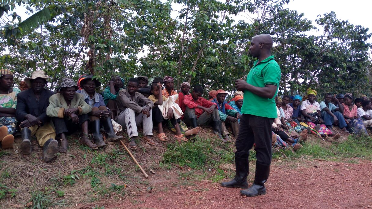 A farmer meeting outside: with the new community building this might soon be an image of the past.