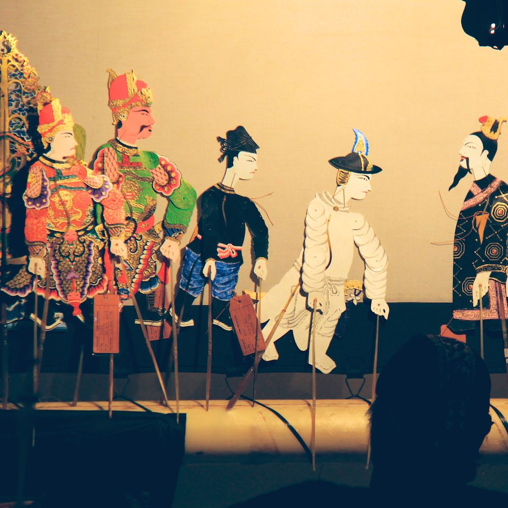 Sie Jin Kwie (in white) with the band of bandits meeting Ji Bo Kong, a hermit and advisor who works for the Emperor.