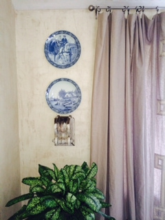 Antique plates add interest to this dining room.