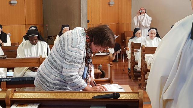 Marie-Claude signe son acte d'oblature