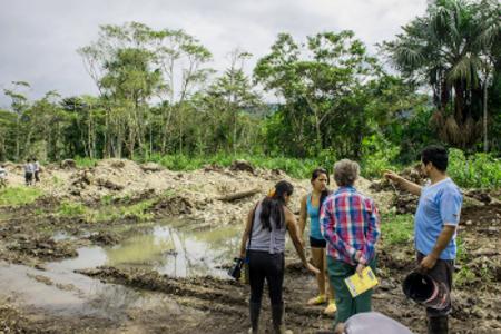 Familia desalojada muestra terreno donde estaba su vivienda a la Hermana Elsie Monge miembro de la Comisión.