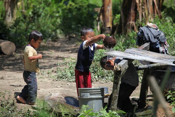 Al cuadro de una vida de pobreza, sin los servicios básicos elementales, se suma el río contaminado por la minería