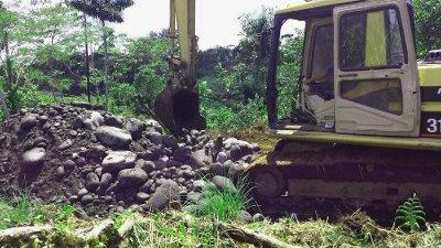 Retroescavadoras fuerón usados para enterrar viviendas de los desalojos