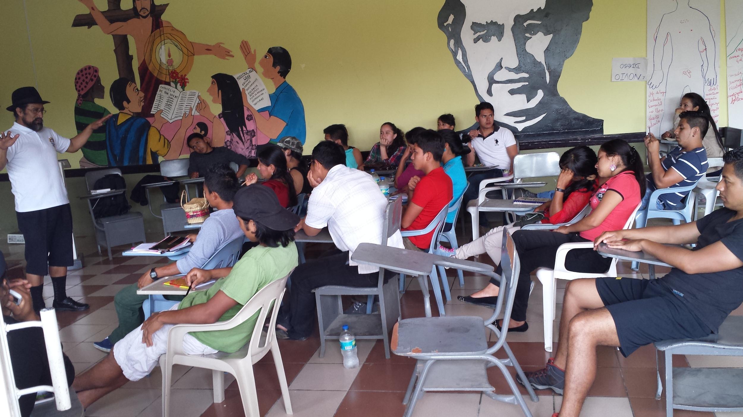 Taller de comunicación comunitaria (  Zamora- Guadalupe)    jóvenes bachilleres de diferentes organizaciones, asistieron talleres de formación de líderes y líderesas