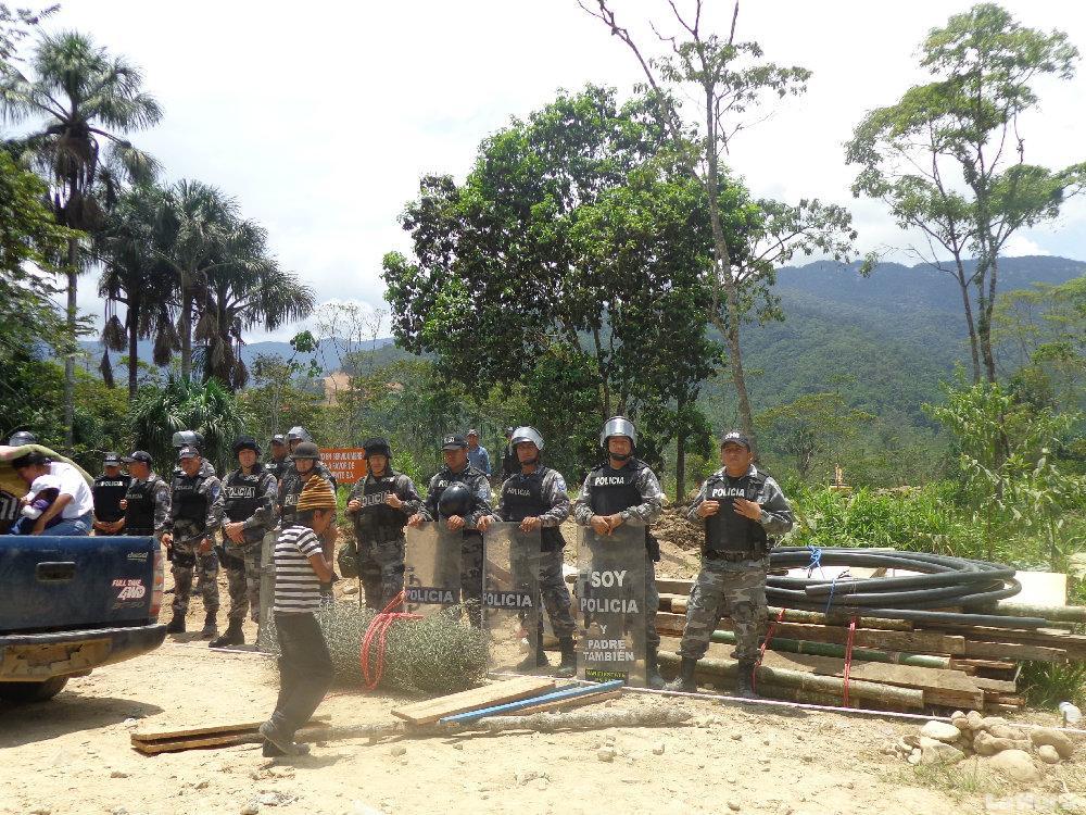 POSTURA. Los indígenas rechazan el desalojo que se produjo en la comunidad San Marcos,Zamora Chinchipe, la semana pasada. (foto: archivo)