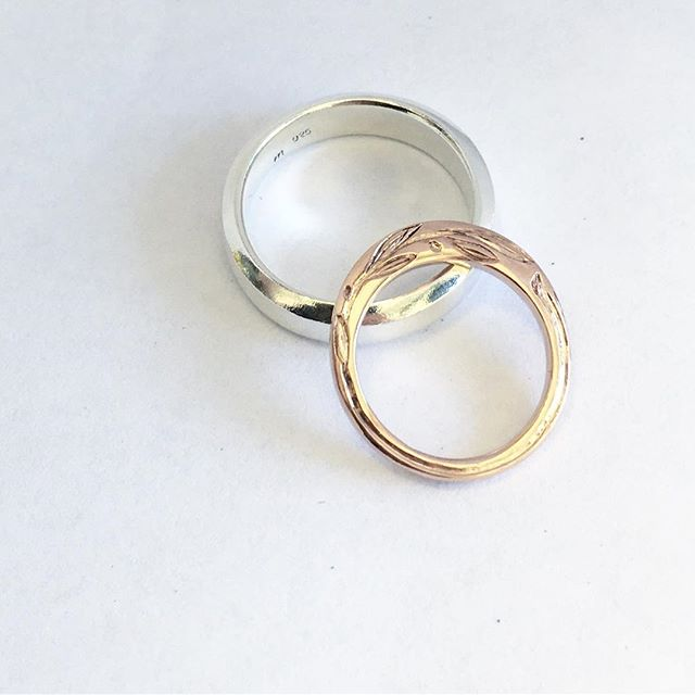 A pair of rings to celebrate L+A's special anniversary. Each hand shaped with subtly designed profiles. Hers is finished with a sweet olive branch engraving sweeping just along the edge. Congrats, you two! 🥂 #megbyhand #torpedofactoryartist #torpedofactoryartcenter #alexandriava #dmvcreatives #extraordinaryalx #artsalx #madeinalx #arlandriacreatives #customjewelry #customjewellery #anniversarygift #rosegold #olivebranch #handengraving Hand engraving by the talented Eric Margery.