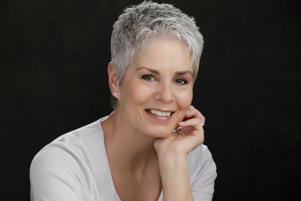 Grey-hair-woman-Personal-Portrait-in-studio-Photography