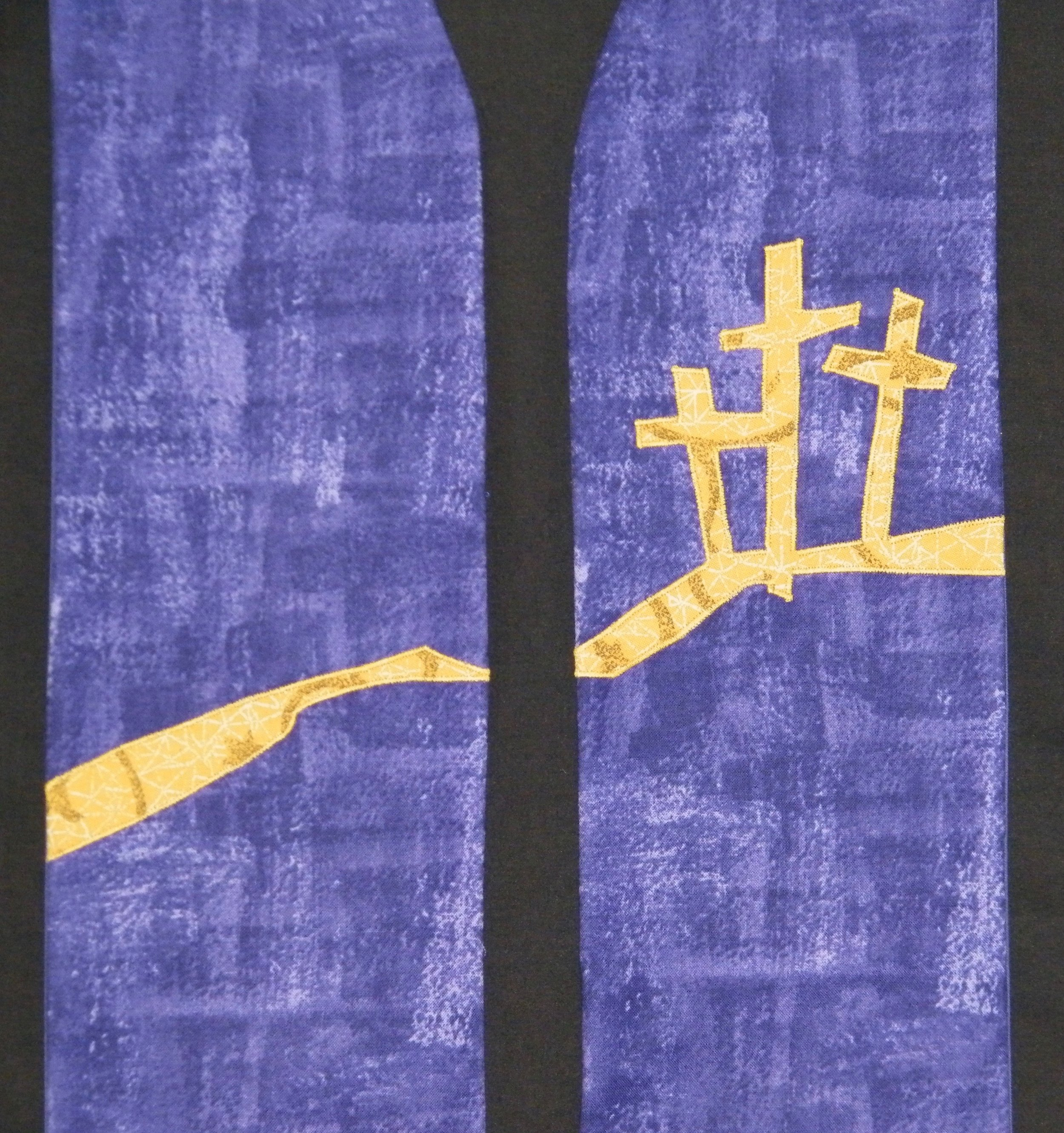 Three crosses stole - The base fabric accentuates the roughness of this time.