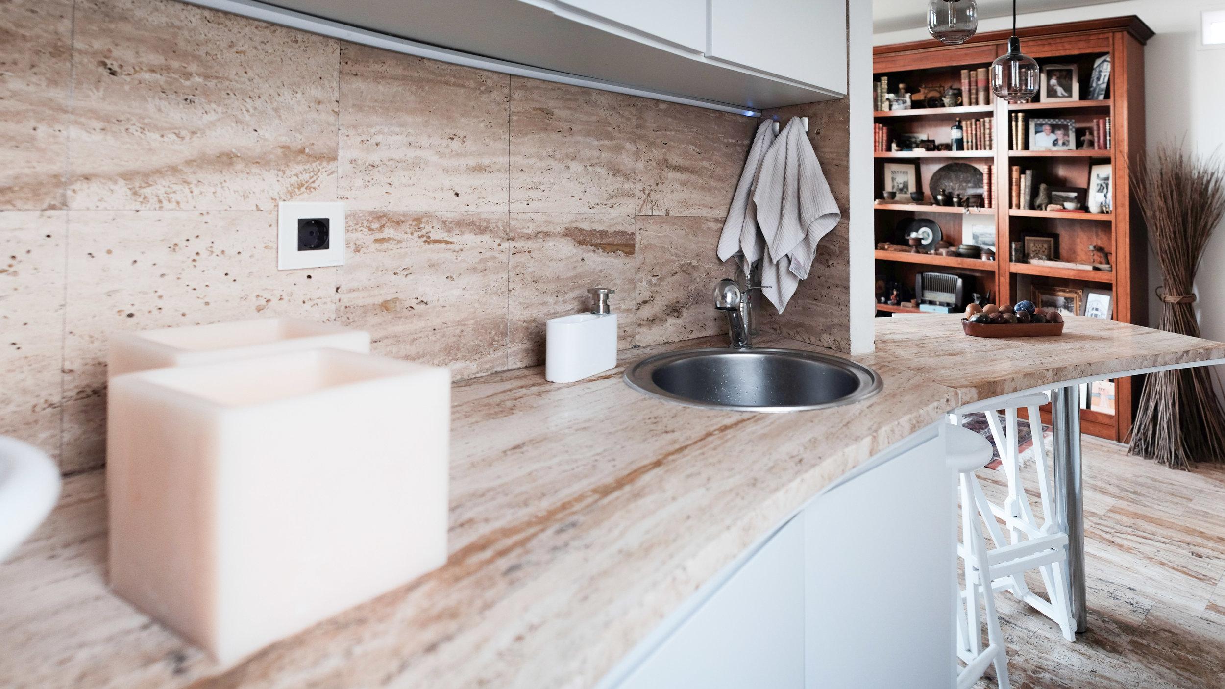 emmme studio reforma cocina curva abierta blanca travertino.jpg