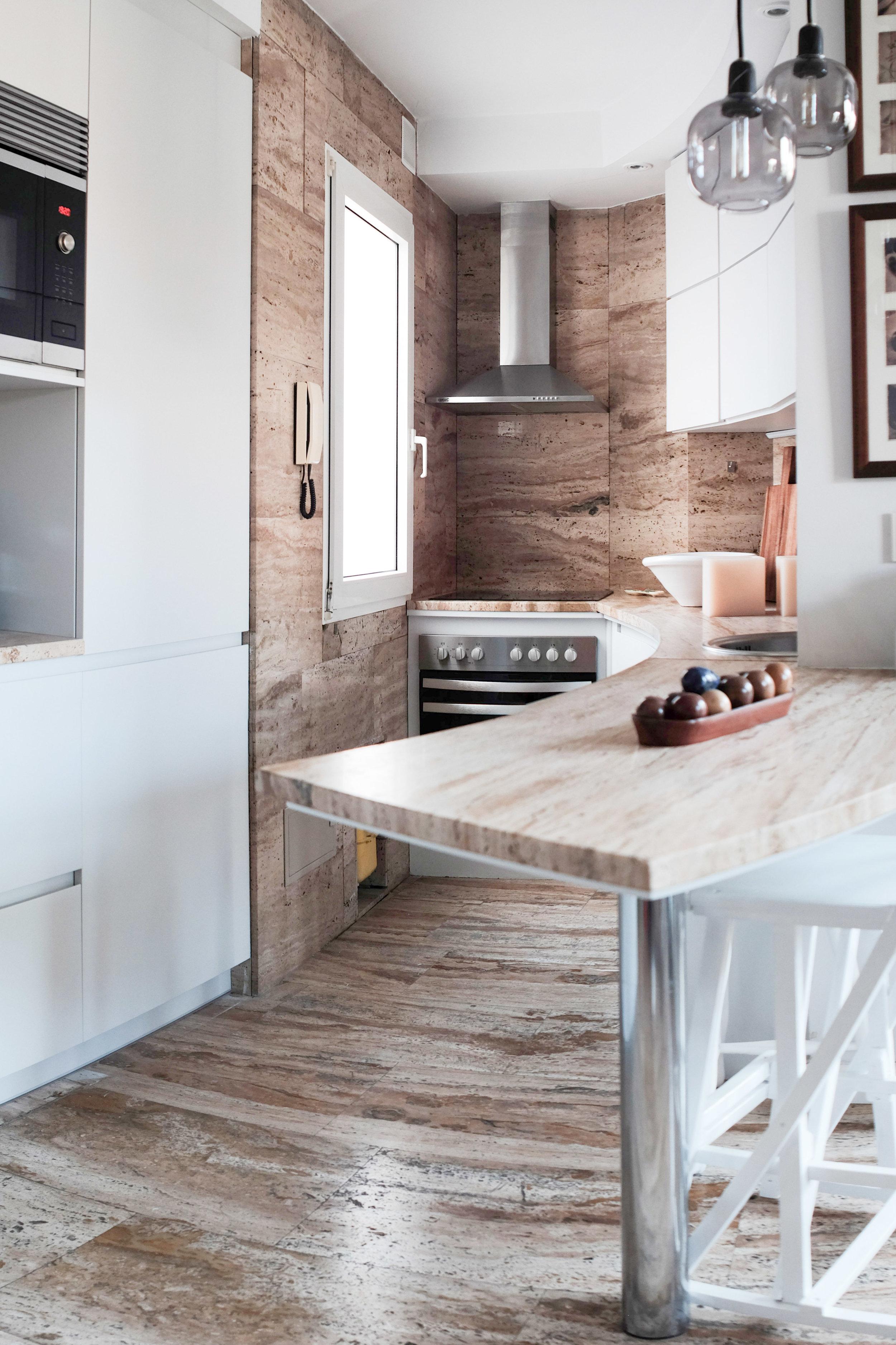 emmme studio reforma cocina curva blanca travertino barra.jpg