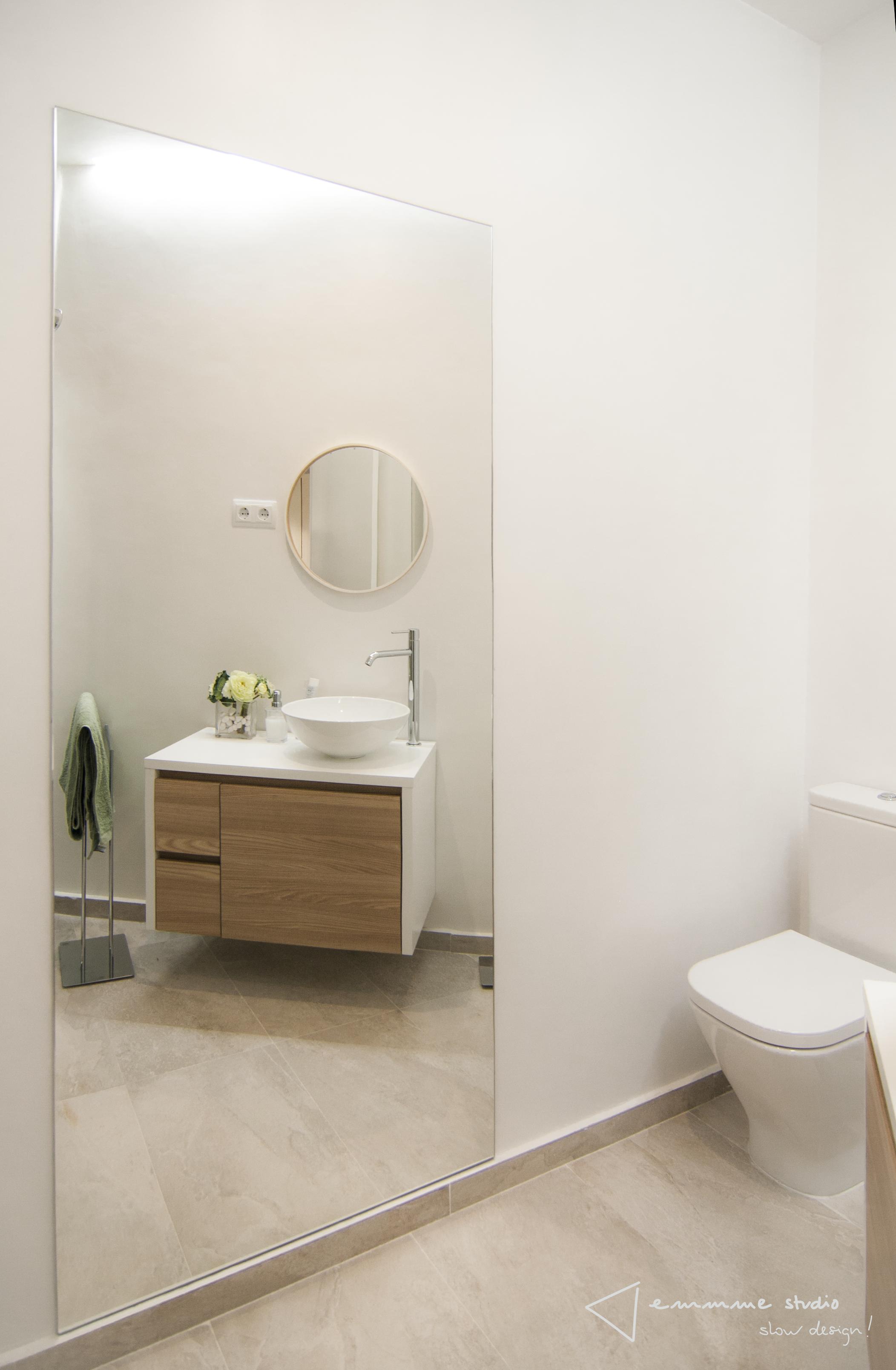 emmme studio_el nuevo baño de m y lola - espejo mueble baño inodoro MA.png