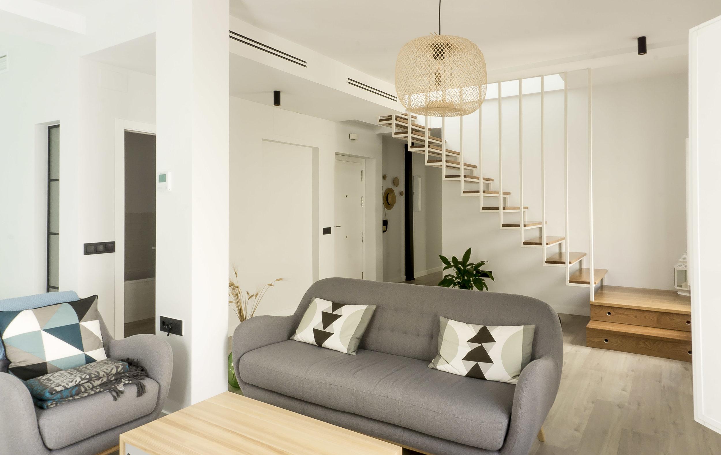 emmme studio AD salon escalera entrada el hogar de Laura y Pedro.jpg