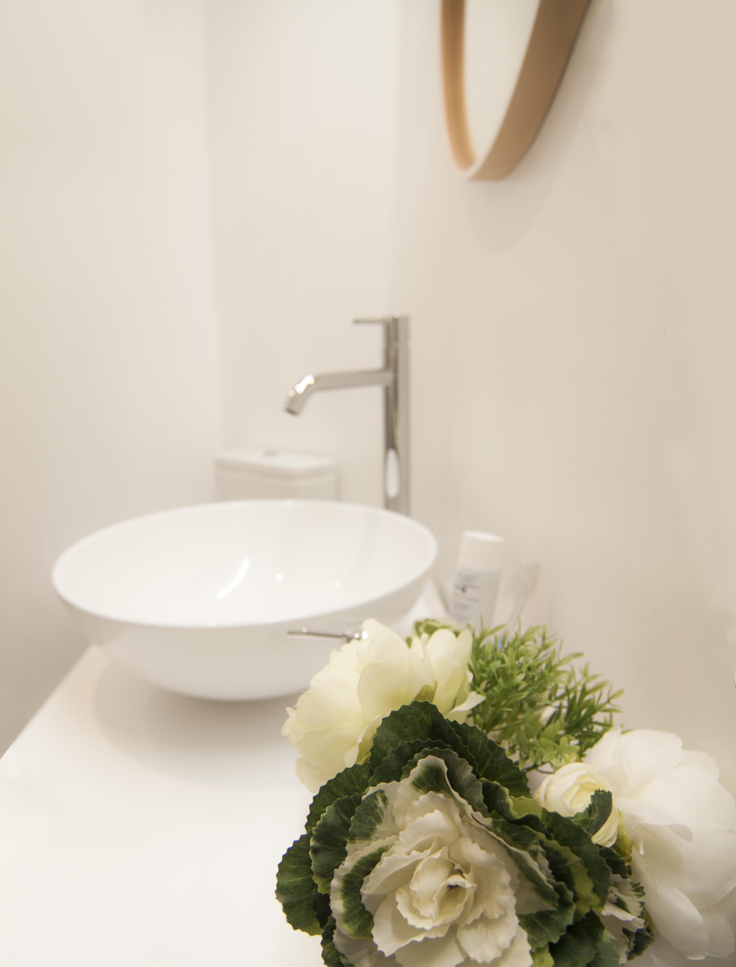 emmme studio_el nuevo baño de m y lola - detalle lavabo flores.png