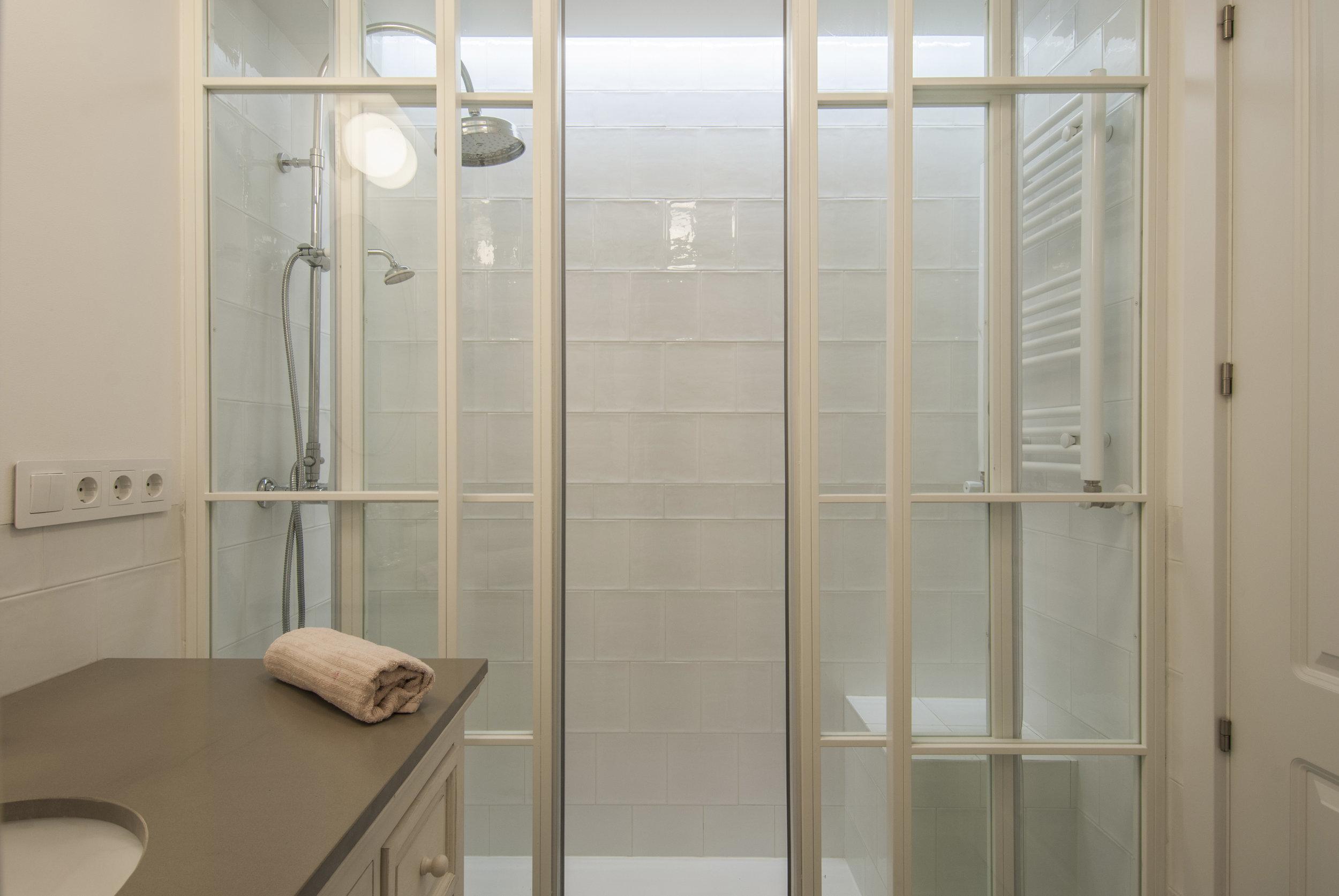 emmme studio slow design interiorismo integral baño chicas mampara hogar Debora.jpg