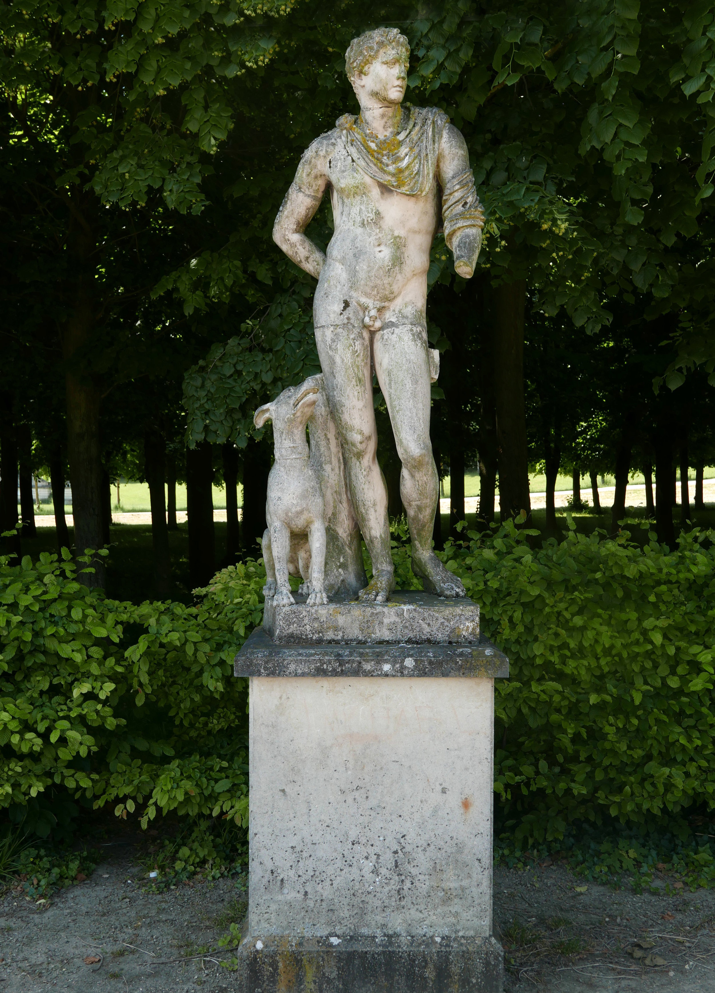 a statue flanking the fountains