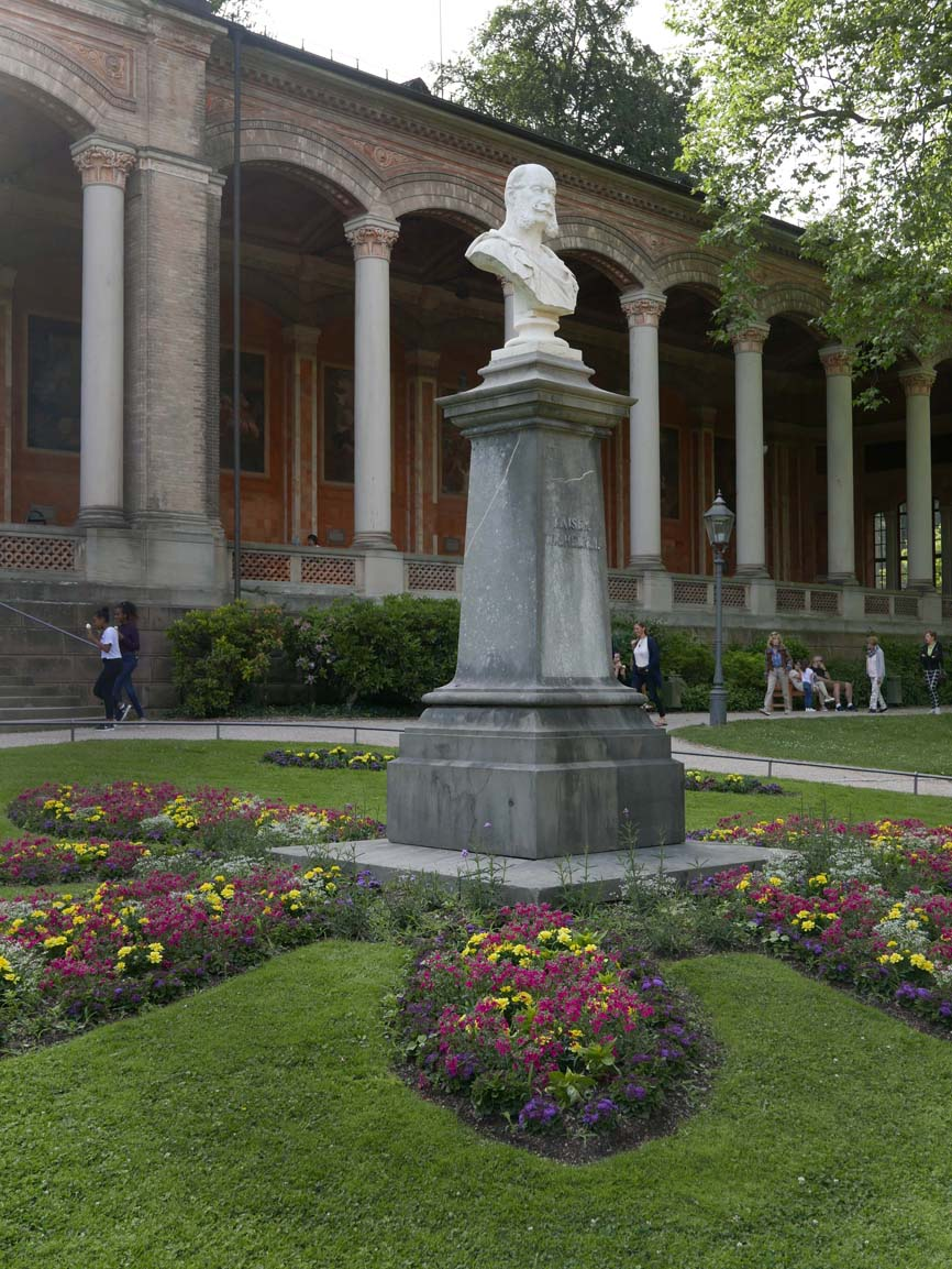 """The """"Trinkhalle"""" (pumproom) with a bust of Kaiser Wilhelm"""