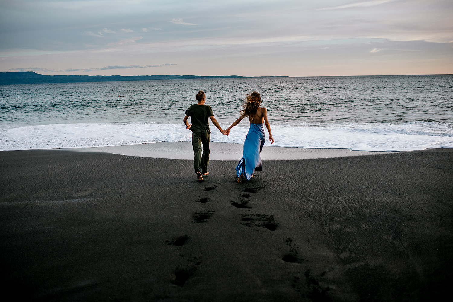 bali-black-sand-beach-engagement-session-Bali-wedding-photographer09.jpg