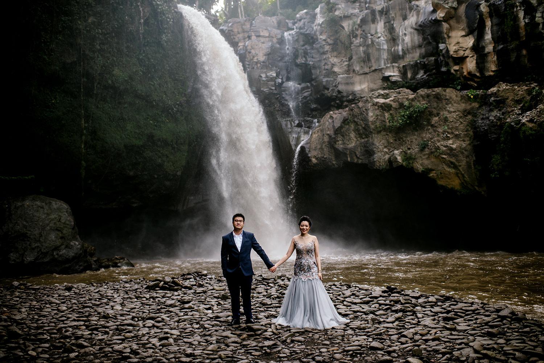 Bali-waterfall-engagment-Bali-wedding-photographer03.jpg