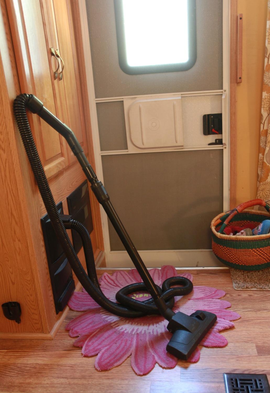 2005 Keystone Montana Fifth Wheel For Sale - Central Vac.jpg