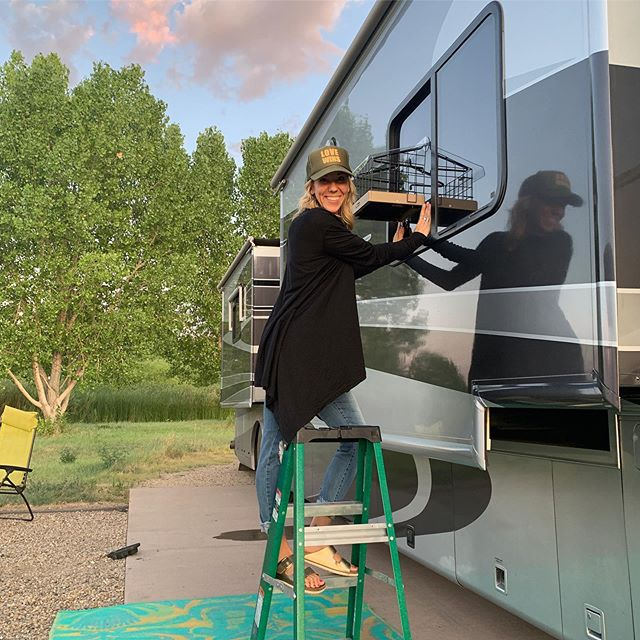 Calling all the hungry birdies!!🐦Come to my RV! This morning I saw a Killdeer on the ground, a hawk in the air, some swallows, and a whole bunch of birds that I haven't identified yet. Now they just need to peek over here and see all the seedy goodness!🌈☀️🙌🏻 . . . .  #birdwatching #rvbirdwatching  #coloradobirding #rvlife #rvtravel #nomadiclife #natureisfun