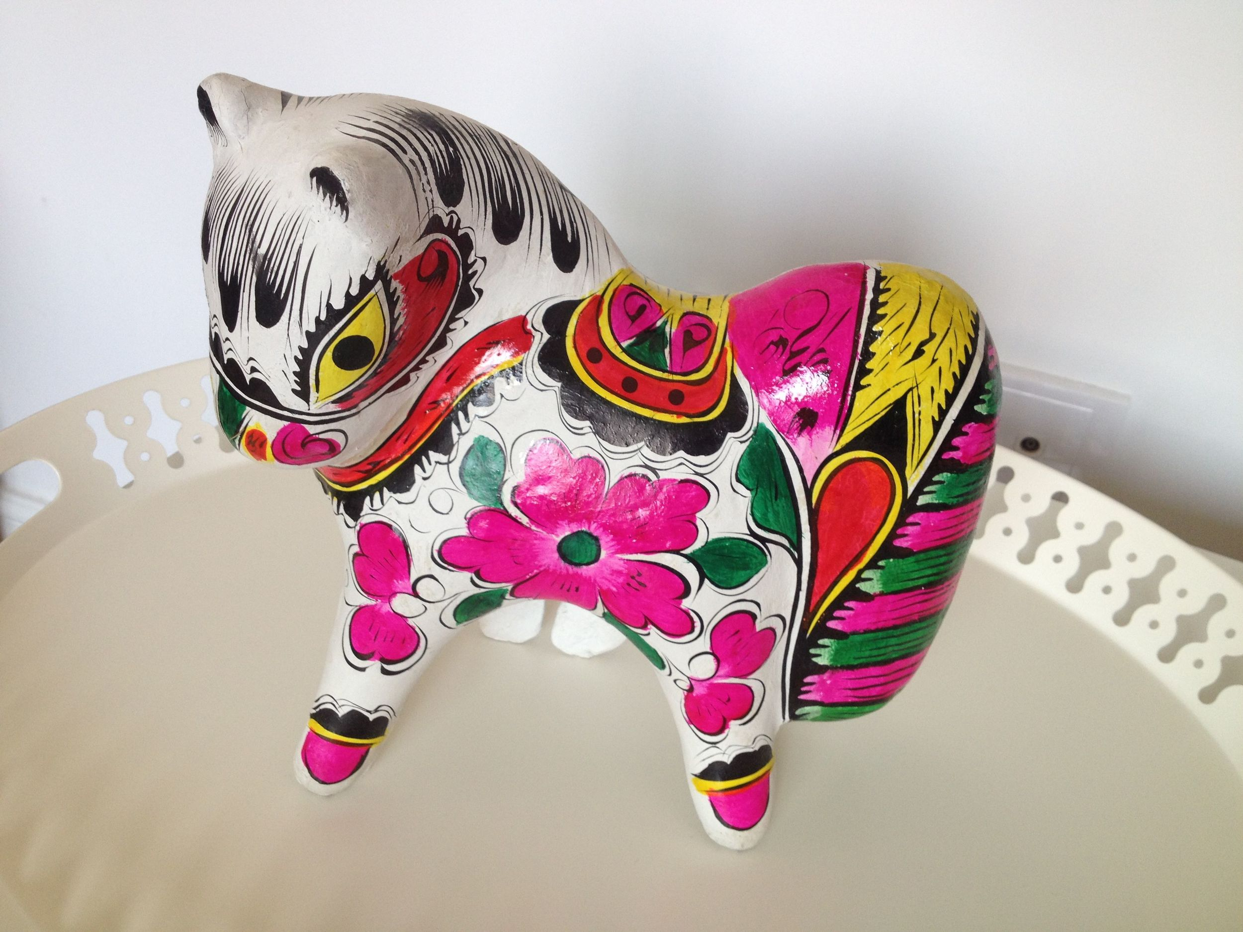 My Chinese friend Josie brought us this beautiful and very Chinese horse. Because it is the year of the horse it will bring us luck in our new apartment. I just love China!