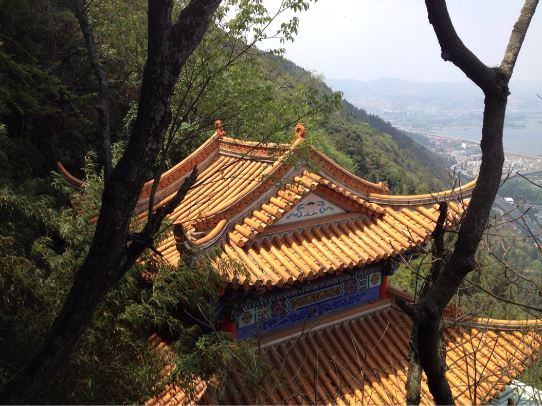 The top of Huating temple which is known as the Buddhist shrine in Kunming and which attracts many pilgrims every year (and Chinese tourists..)