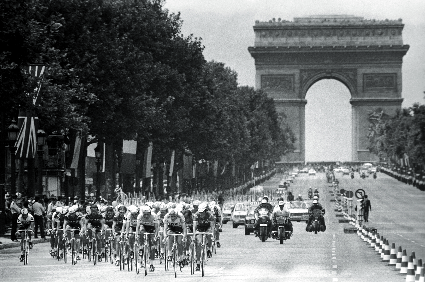 © Tour de France - The Golden Age 1940s-1970s, to be published by teNeues in July 2015, € 59,90 - www.teneues.com. Paris, Champs-Élysées, 22nd stage, 20 July 1975, Photo © Presse Sports