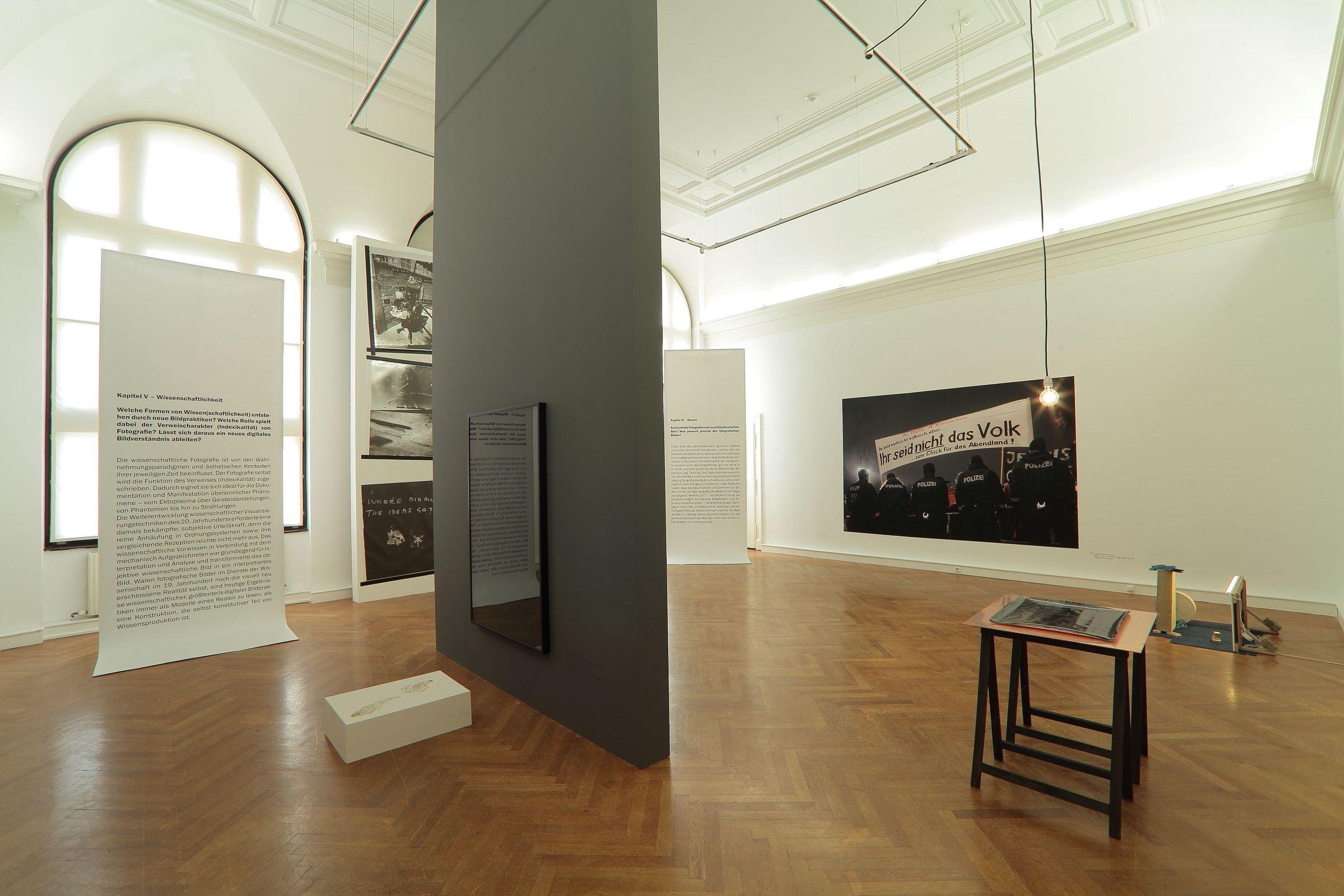 VI x VI Positionen zur Zukunft der Fotografie  25. Mai bis 21. August 2016, Landesgalerie Linz Ausstellungsdesign: Studio Miessen, Berlin Foto: A. Bruckböck, Oberösterreichisches Landesmuseum