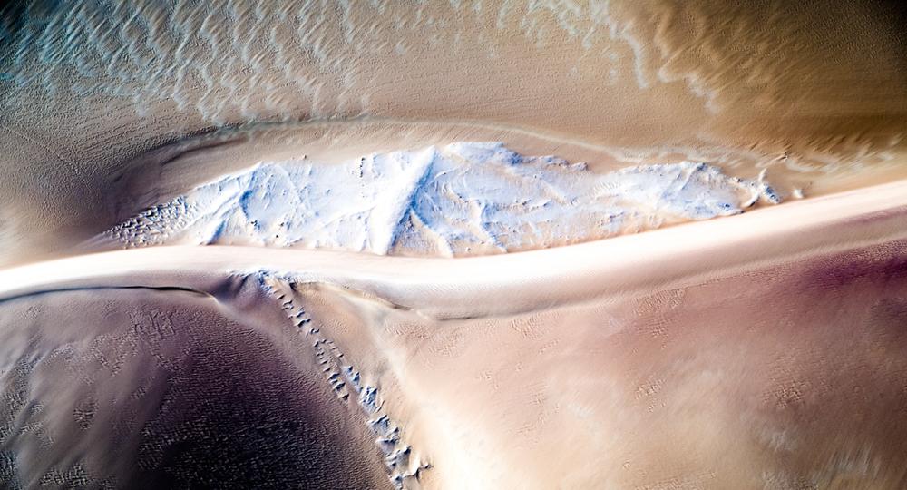 Gelblicher Sand durchzogen mit Kalkablagerungen  Photo © 2016 Jürgen Wettke. All rights reserved