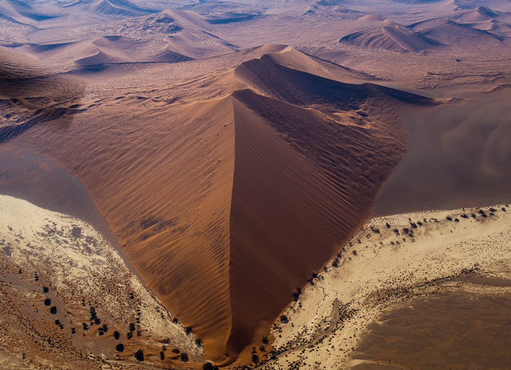 Aus der Luft erkennt man die riesigen Dimensionen der Sandwüste von Sossusvlei. Nur wenige Dünen in dem Nationalpark dürfen von Menschen betreten werden  Photo © 2016 Jürgen Wettke. All rights reserved.