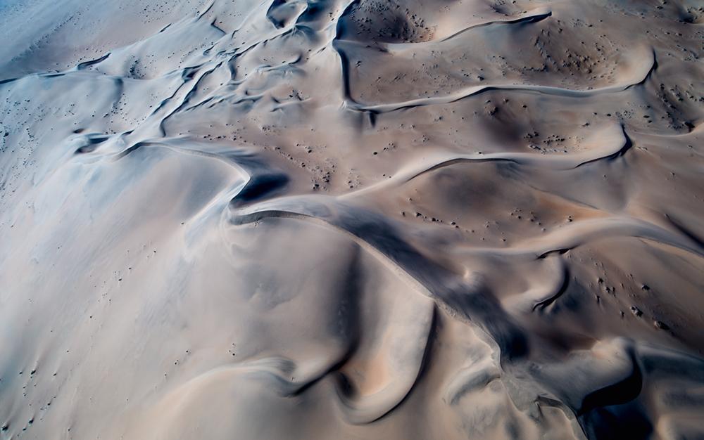 Die Erosion von Karbonatgeröllen und lokalen Kalkkrusten führt zu diesen fantastischen Farben. Der Sand ist hier sehr feinkörnig  Photo © 2016 Jürgen Wettke. All rights reserved.