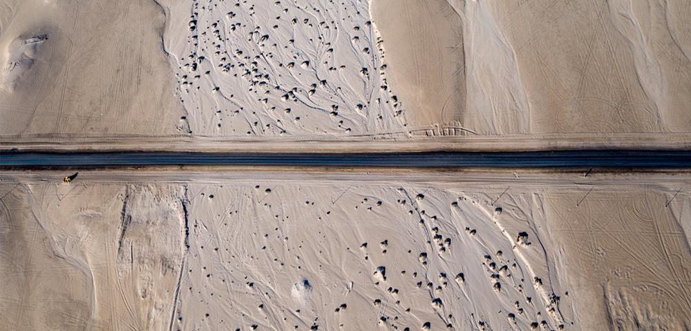 Eine der wenigen geteerten Straßen Namibias von der Walvis Bay nach Swakopmund  Photo © 2016 Jürgen Wettke. All rights reserved.