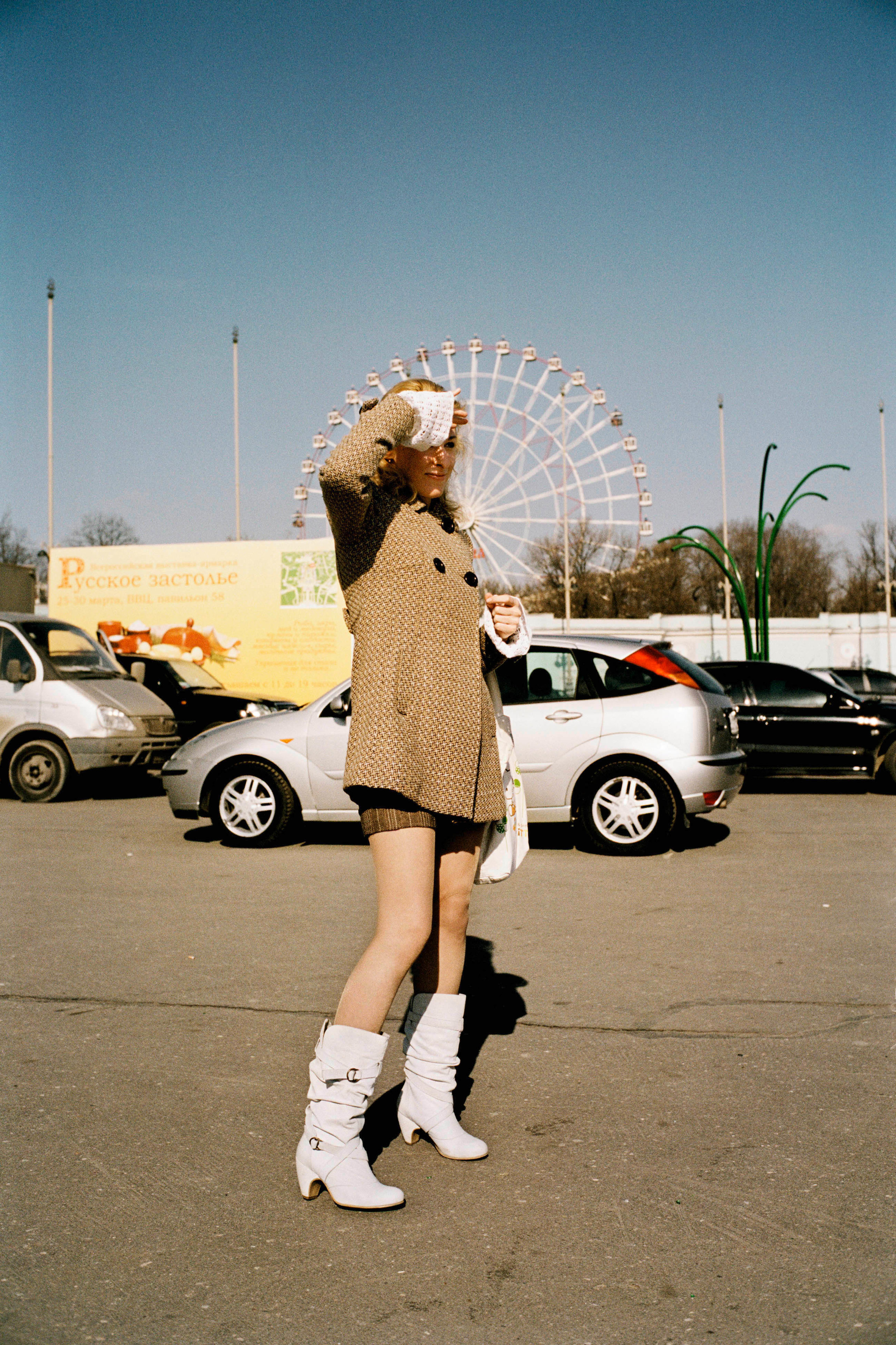 Andreas Herzau, Girl, aus der Serie: Moscow Street, 2008. Courtesy of Andreas Herzau / Galerie SOIZ Copyright © Andreas Herzau / courtesy Galerie SOIZ