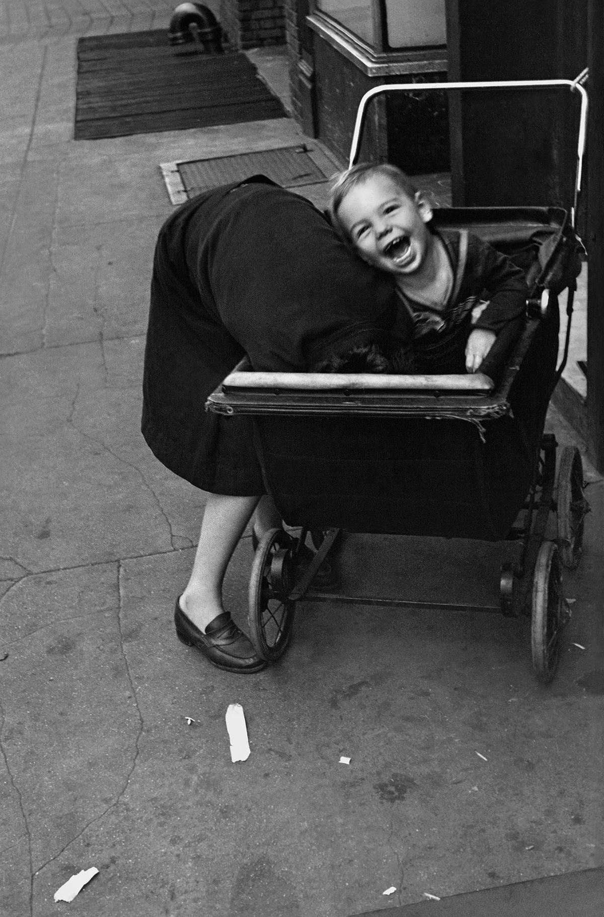 Helen Levitt New York, 1940 Silbergelatinepapier Albertina, Wien. Dauerleihgabe der Österreichischen Ludwig-Stiftung für Kunst und Wissenschaft © Film Documents LLC / Courtesy Galerie Thomas Zander, Köln