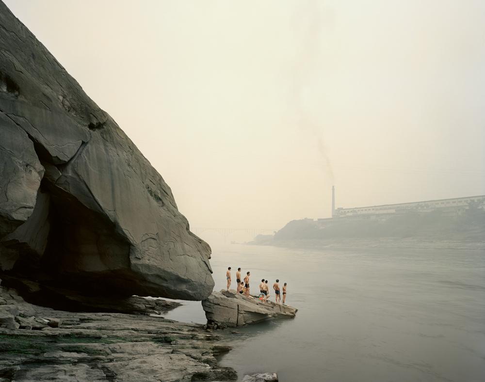 Badende, Yibin, Sichuan 2007, Serie: Yangtze, The Long River, Earth  Photo © Nadav Kander