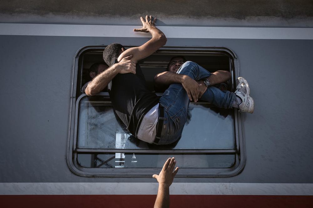 Verzweifelte Flüchtlinge springen im Bahnhof von Tovarnik an der serbischen Grenze auf den Zug nach Zagreb, Freitag, 18. September 2015. 2015 Serie: Europe Migration Crisis, Space  Photo © Sergey Ponomarev