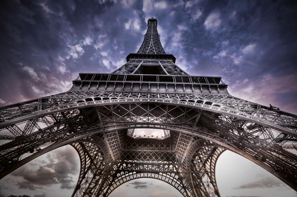 Neben anderen Verschönerungen verdankt der Turm seine kühn geschwungenen Bögen dem Architekten Charles Léon Stephen Sauvestre. Er wurde von Gustave Eiffel damit beauftragt, den ursprünglichen Entwurf des Turmes wettbewerbsfähiger zu machen  Photo © 2019 Serge Ramelli. All rights reserved.