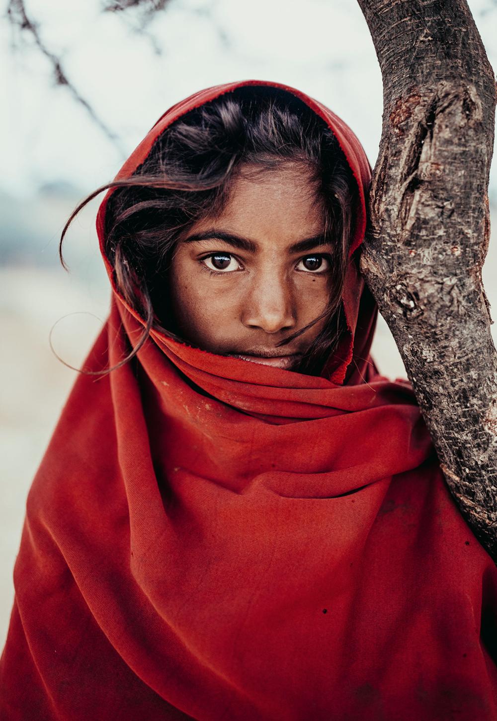 Kurze Begegnung mit der Tochter eines Schäfers am Stadtrand von Pushkar, India  Photo © 2019 Pie Aerts. All rights reserved.
