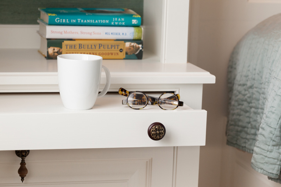 Pull-out nightstand tray