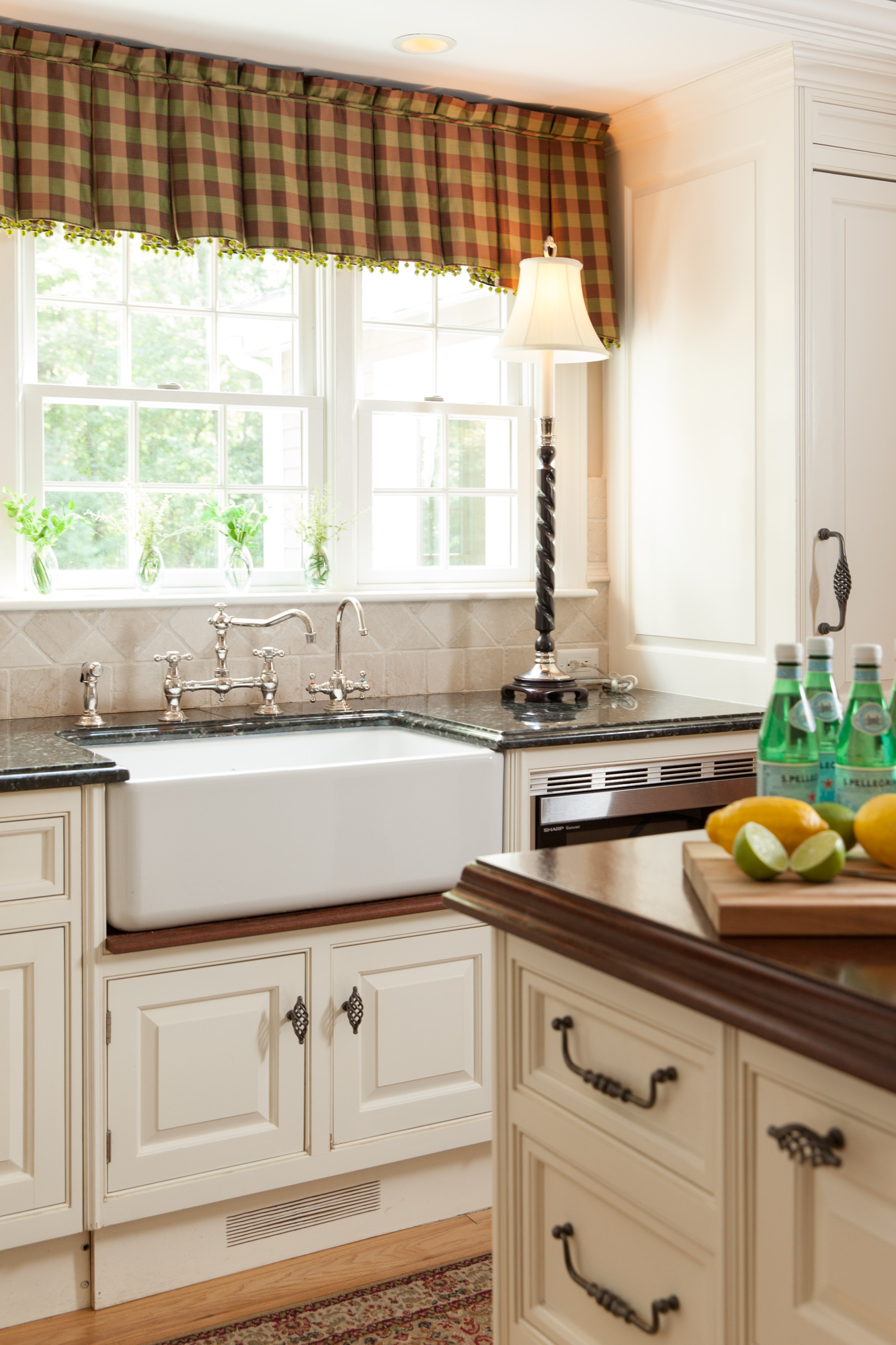 The white cabinetry against the dark wood gave an old country feel with an updated twist