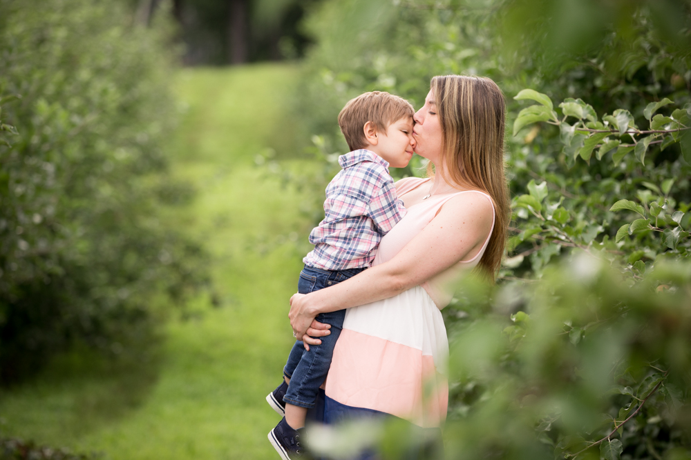 mom-child-toddler-kiss-outdoor-portrait-session.jpg