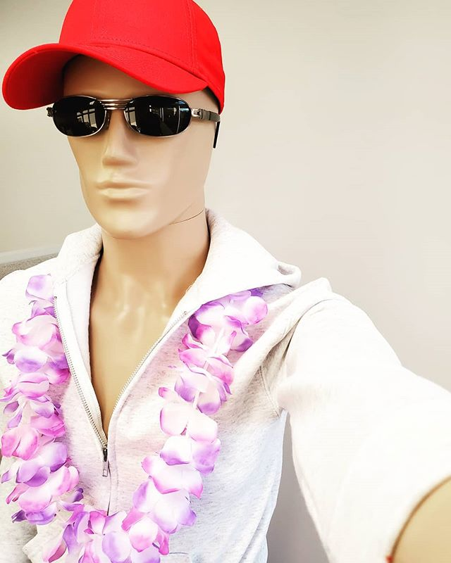 When it's the beginning of fall but, you refuse to let go of that Summer vibe. ... #LockPromo #Summer #WinterIsComimg #Lei #Sunnies #MannySelfie #MannyMannequin