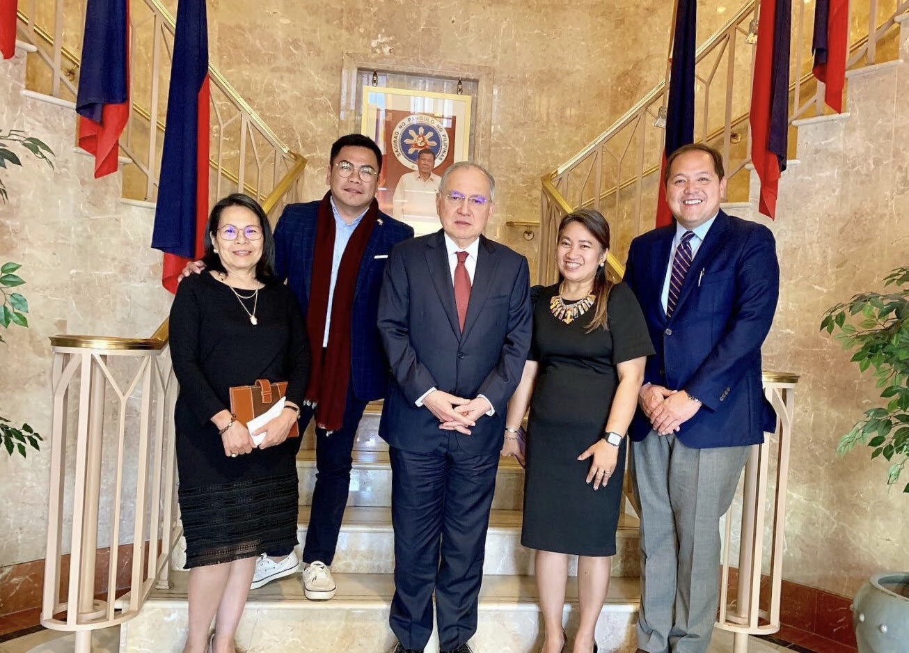 "Raymond Abrea (2nd from left) met with Ambassador Jose Manuel G. Romualdez (center) prior to the start of the ""Balik ka, Kabayan"" seminar at the Philippine Embassy. Also in photo are (from left) Welfare Officer Josephine Tobia, Labor Attaché Angela Trinidad, and Commercial Counsellor Raymond Batac."