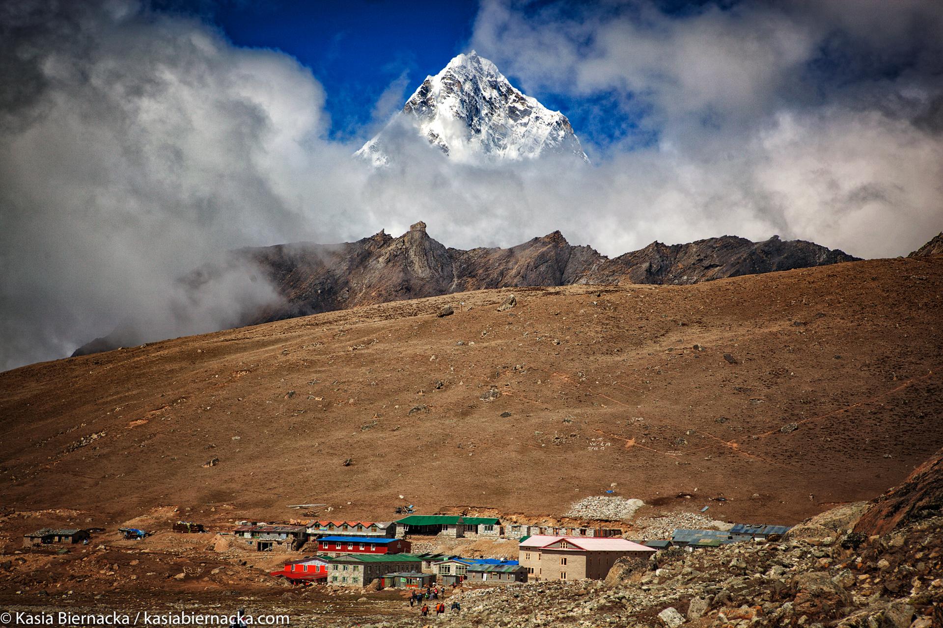 Himalaje - Jak wysokie są najwyższe góry świata Himalaje i jak one powstały? Po co jeżdżą tam wspinacze? Jak się czuje człowiek na kilku tysiącach metrów nad poziomem morza? Czym się różni życie mieszkających w Himalajach Nepalczyków od naszego? Jak wyglądają ich domy, pismo, jedzenie i stroje?Podczas zajęć zrobimy między innymi makietę himalajskich ośmiotysięczników. Zapytaj / zamów zajęcia - kontakt.Galerię moich zdjęć z Himalajów Nepalu zobaczysz tutaj.