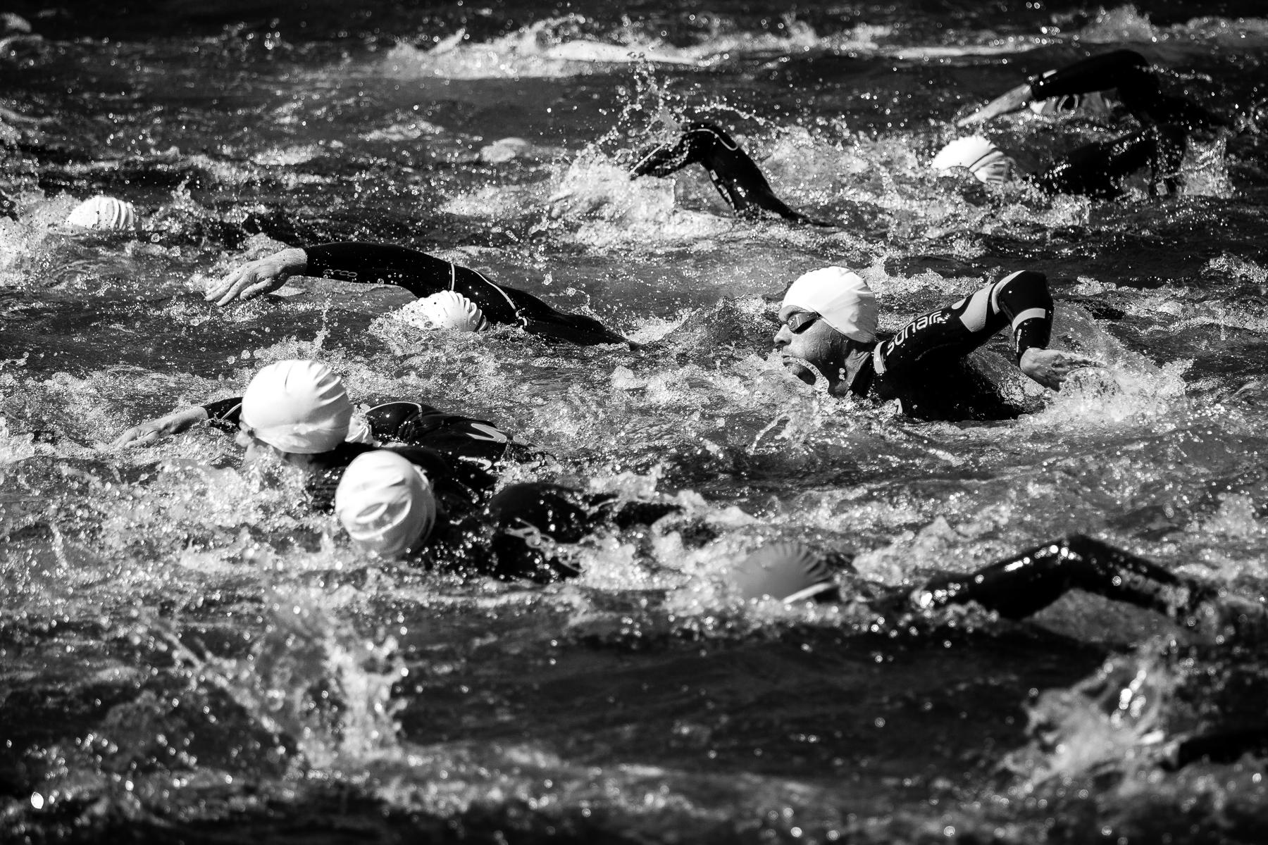 We are Triathlon   Jeweils 200 Teilnehmer gehen im Fünf-Minuten-Rhythmus an den nassen Start. Tritte und Schläge im Wasser sind nicht zu vermeiden.