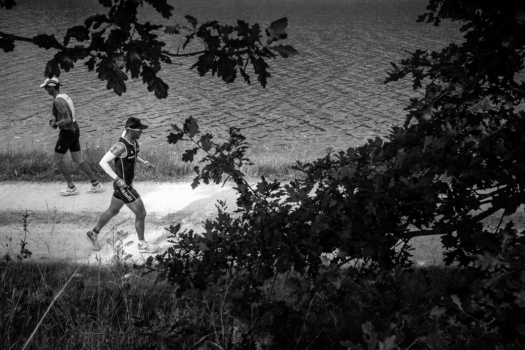 We are Triathlon   Nach über sieben Stunden beginnt die letzte Disziplin. Der Lauf, mit der Länge eines Marathons von 42,195 Km, beansprucht am meisten die Gelenke und fordert abschließend die letzten Energiereserven der Athleten.
