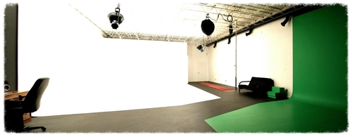 5,000 ft² fully lit studio space available with infinite white and green backgrounds.
